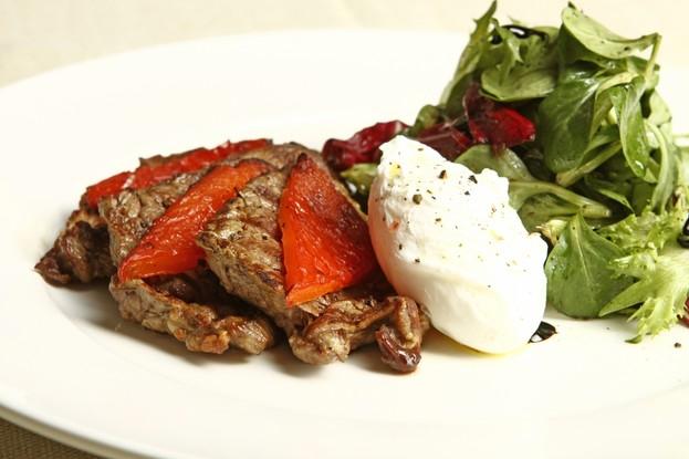 Ресторан «Usoff», Санкт-Петербург: Микс-салат с говядиной-гриль и яйцом-пашот.