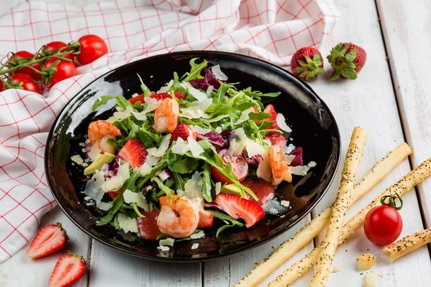 Ресторан «Корюшка», Санкт-Петербург: Листья рукколы с креветками, помидорами черри и свежей клубникой