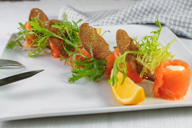 Ресторан «Корчма», Санкт-Петербург: Салат в азиатском Лосось шеф-посола с сырным кремом