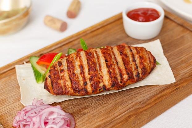 Ресторан «Корчма», Санкт-Петербург: Кебаб из индейки с овощным гарниром, лавашом и соусом «барбекю»