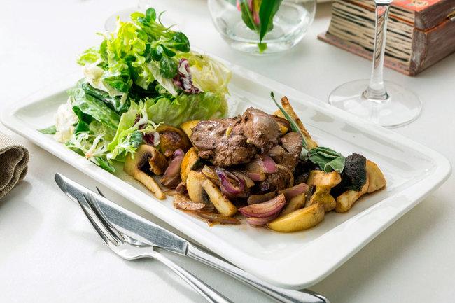 Mindal Cafe: Теплый салат с куриной печенью и грибами