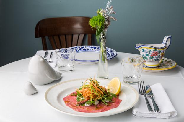 Ресторан «Amo Cucinare», Санкт-Петербург: Карпаччо из говядины с рикоттой, трюфельным кремом и овощами