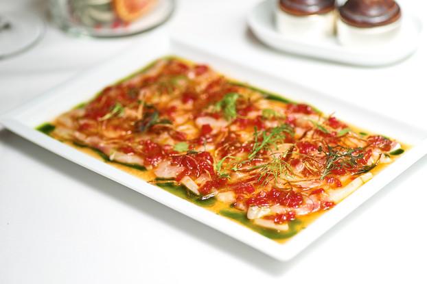 Ресторан «Ла маре», Санкт-Петербург: Карпаччо из белой рыбы с томатами , печеным перцем и хрустящим луком шалот